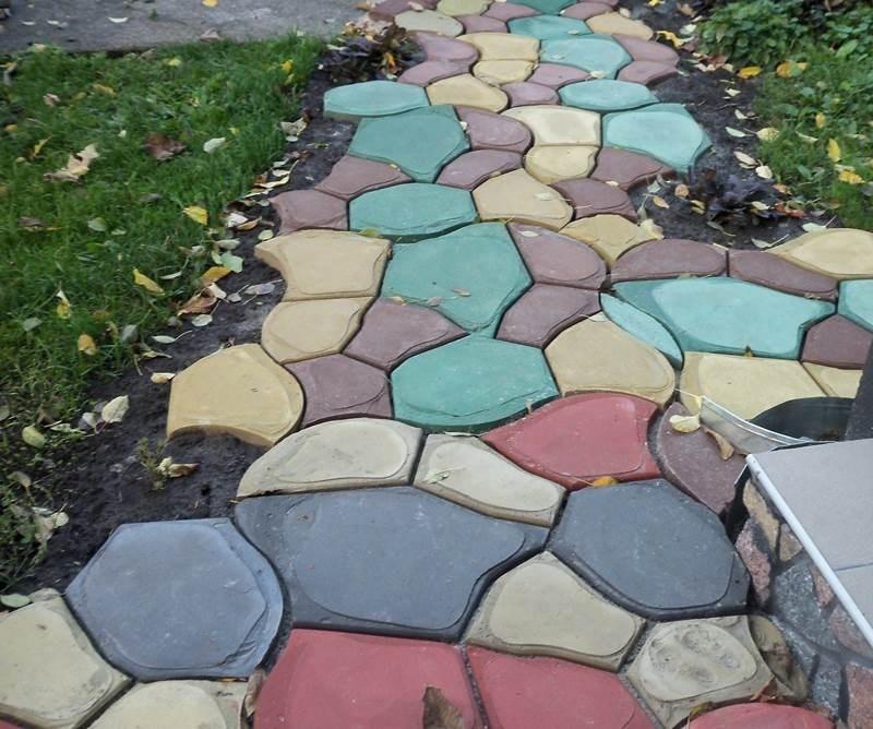 Цветная бетонная дорожка на даче
